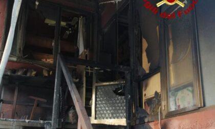 Il ricovero attrezzi prende fuoco e le fiamme si estendono all'abitazione: in due finiscono all'ospedale
