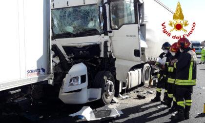 Tragedia in autostrada, le foto del terribile tamponamento: morto un camionista