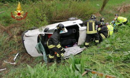 Le foto dell'auto finita fuori strada sulla Romea a Mira: un ferito