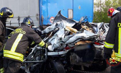 Le impressionanti foto dell'auto rimasta schiacciata tra due camion in A4: un morto