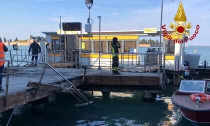 """Le foto dell'idroambulanza """"impazzita"""" che ha danneggiato il pontile e distrutto un barchino"""