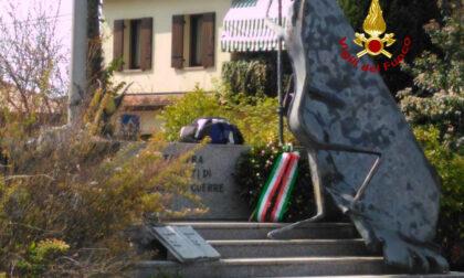 Paura a Tessera per un allarme bomba ai piedi del monumento ai Caduti, ma nello zaino c'erano solo indumenti