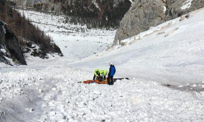 Scivola sulla neve dura e precipita per decine di metri, grave scialpinista di Mestre