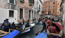Il video dei gondolieri sub immersi nelle acque per ripulire i canali
