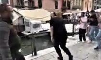 """Riecco i turisti a Venezia, """"mona"""" compresi: il video del tuffatore nel canale"""