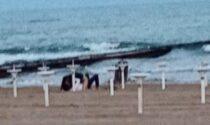 Sesso in spiaggia a Jesolo, i passanti applaudono: la foto diventa virale