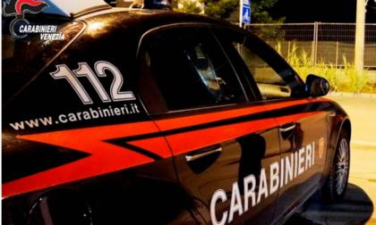 Ubriaco e senza patente sfonda l'auto contro il guardrail, poi prende a pugni i Carabinieri