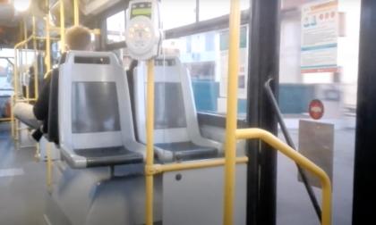 La maniglia per salire sul bus si stacca, 72enne cade e si rompe un braccio