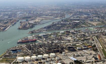 """Chiude la raffineria Eni a Marghera, protesta dei lavoratori: """"A rischio 400 famiglie, la svolta green è un bluff"""""""
