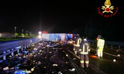 Ennesimo incidente in autostrada, camion di frutta e verdura sbanda e si ribalta