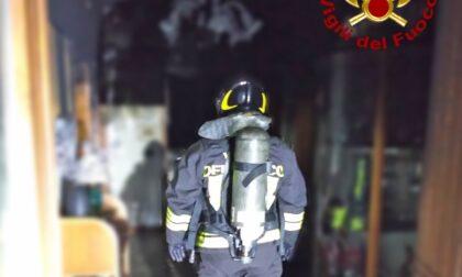 Quattro di notte, una candela innesca un incendio: anziana intrappolata in casa