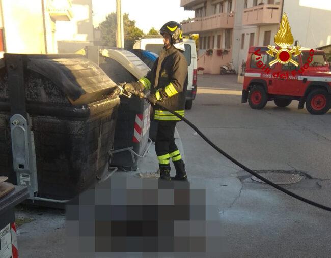 Trovato cadavere carbonizzato vicino al cassonetto in fiamme: mistero a Chioggia
