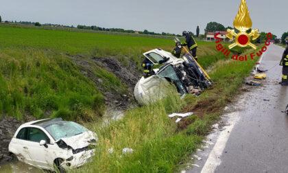 Le immagini dell'incidente tra autocisterna e utilitaria, i mezzi finiscono nel canale di scolo