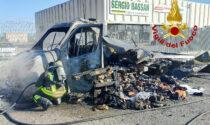 Le foto del furgone carico di vestiti divorato dalle fiamme sulla Statale Triestina