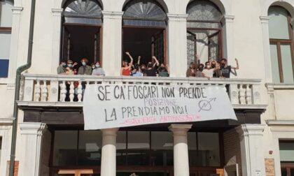 """Giorgia Meloni a testa ingiù, blitz degli studenti nelle librerie e in Ca' Foscari: """"Solidarietà al professore Sullam"""""""