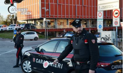 Picchia la moglie davanti ai bimbi e poi strappa la divisa di un Carabiniere intervenuto