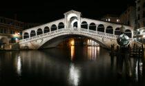 Giovane veneziano preso a schiaffi sul Ponte di Rialto e derubato da 4 rapinatori