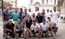 Gondolieri sub ripuliscono il fondale di Venezia, recuperata una tonnellata di rifiuti