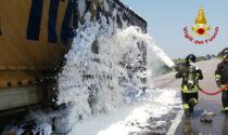 Incendio sulla statale Romea, le immagini del camion a fuoco