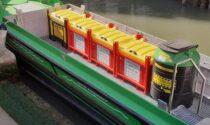 Una barca elettrica tra i canali per raccogliere i rifiuti pericolosi