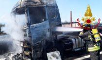 Tir divorato dalle fiamme in autostrada: chiusa l'A4 in direzione Venezia