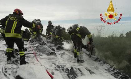 Asseggiano, le foto dell'incendio al tetto di una casa spento con la schiuma