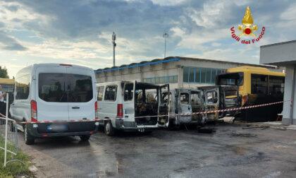 In fiamme tre furgoni e uno scuolabus: non si esclude il gesto di un piromane