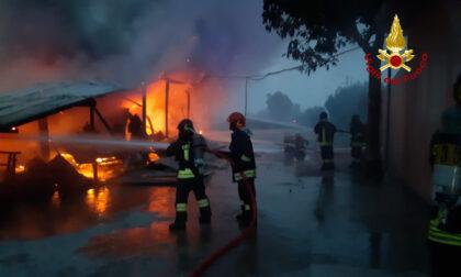 Chirignago, le foto dei mezzi divorati dalle fiamme sotto la tettoia: indagini in corso