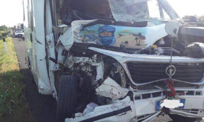 Tremendo schianto in autostrada tra camion e camper: marito e moglie feriti