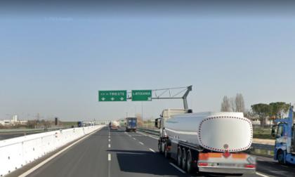 Centra in pieno a 120 chilometri all'ora una trave di due metri in autostrada A4