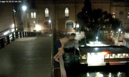 Prima si tuffa dal Ponte degli Scalzi tra i vaporetti e poi scippa un turista