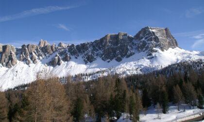 Alpinista 26enne di Venezia perde l'appiglio e vola dalla parete sui Lastoni di Formin