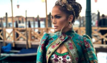 "Jennifer Lopez incanta Venezia: ""divina"" alla sfilata di Dolce e Gabbana in San Marco"