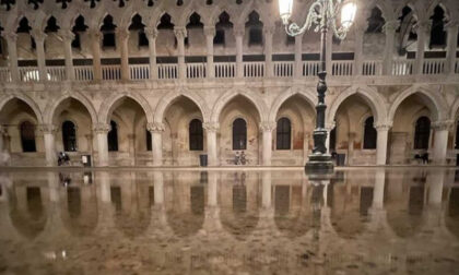 """L'onda """"anomala"""" travolge la Serenissima e Venezia finisce sott'acqua"""