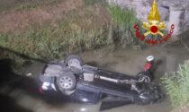Esce di strada e si ribalta nel canale pieno d'acqua: salvato da un residente eroe
