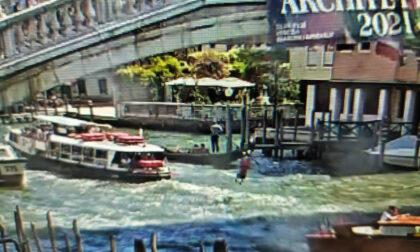 Si tuffa dal Ponte degli Scalzi tra le barche in transito
