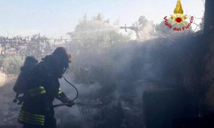 Casolare usato come rifugio dei senzatetto prende fuoco: le immagini del rogo