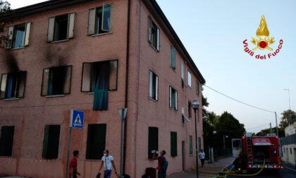 Incendio al primo piano dell'abitazione a tre livelli: 10 persone rimaste fuori casa