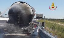 Brucia il rimorchio di un'autocisterna di Gpl, il video dall'elicottero dell'autostrada A4 chiusa