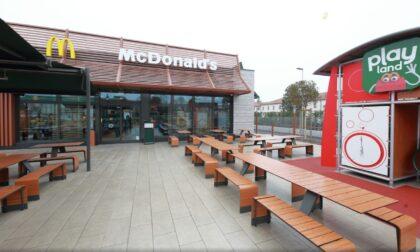 Esce dal McDonald's e si accascia a terra: 16enne lotta tra la vita e la morte