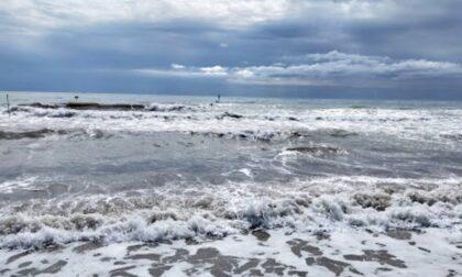 Si tuffa in mare e sparisce, lo trova un militare della Guardia Costiera a due metri di profondità