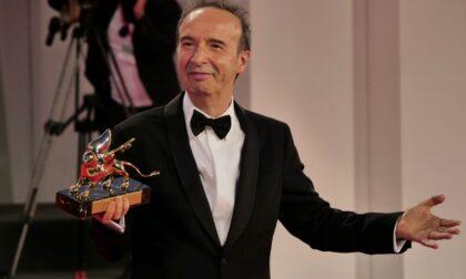 Benigni show a Venezia 78: il Leone d'oro, la dedica alla moglie e l'abbraccio a Mattarella