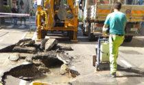 Si apre un cratere in mezzo alla strada a Mestre, traffico deviato