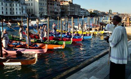 Il rito si rinnova: la tradizionale benedizione delle barche alla vigilia della Regata Storica