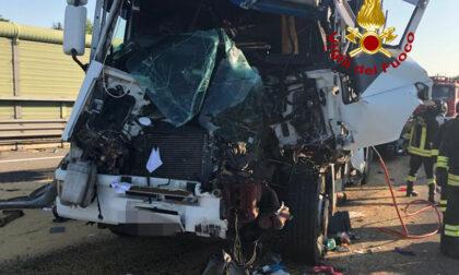 Terribile incidente tra mezzi pesanti in A4, camionista gravissimo: oltre 11 chilometri di coda