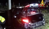 Finiscono con l'auto contro un palo: due feriti gravi