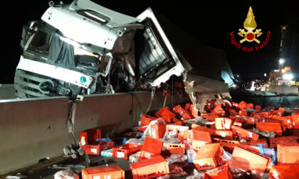 Le immagini del camion carico di carne che si rovescia in autostrada A4