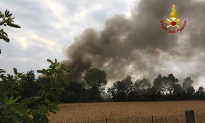 Colonna di fumo visibile a chilometri di distanza, le foto dell'incendio: ecco cos'è successo