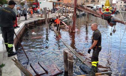 Affonda imbarcazione storica a Chioggia, le immagini del recupero