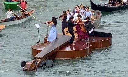"""Il video del """"Violino di Noè"""" sul Canal Grande, omaggio alla rinascita post pandemica"""